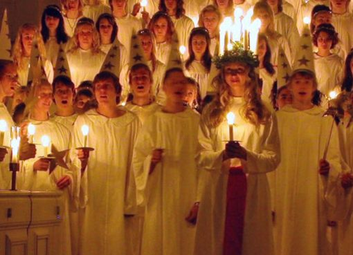 Fest zu Ehren der Schwedischen Lichterkönigin Lucia in einer schwedischen Kirche