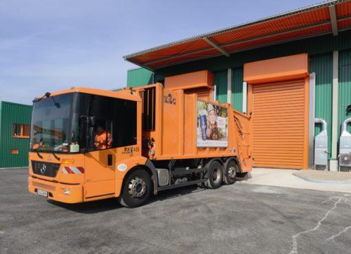 Müllfahrzeug an der Kippstelle der BSR-Biogasanlage