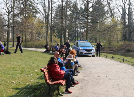 Polizei kontrolliert Infektionsschutz-Auflagen im Gemeindepark in Lankwitz