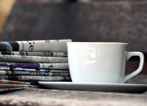 Zeitungslesen im Café