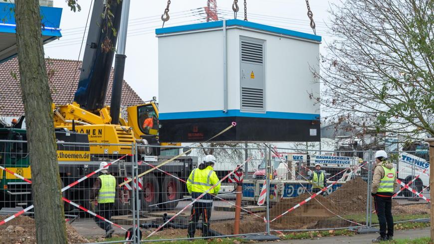 Siemens-Ortsnetzstation Grid Connect wird mit Kran montiert - Foto: Aral AG