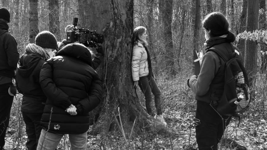 Bildunterschrift: In einem einsamen Waldstück nahe Demmin (Mecklenburg-Vorpommern) dreht das Kollektiv große Teile des zweiten Drehblocks.  Foto: Anna Stocker/annascortek