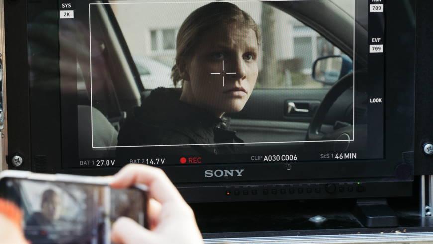 Close-up auf Clara (Alida Stricker) während einer Autoszene kurz vor einem Überfall.  Foto: Ana Chernykh/anachephoto