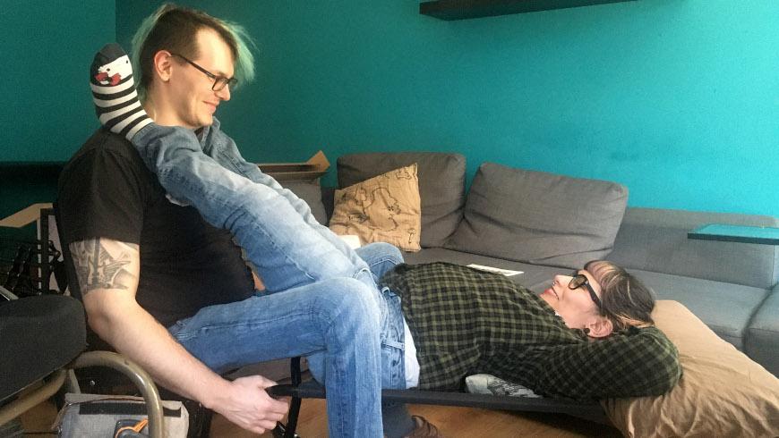 Lisa und David testen sexuelles Hilfsmittel mit Rollstuhl -